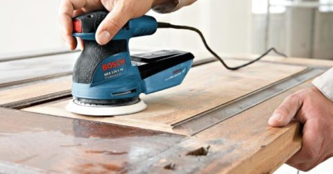 proses-mengamplas-kayu
