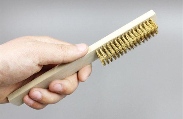 Cara Mempersiapkan Tekstur Kayu Untuk Finishing Furniture Rustic - sikat kawat