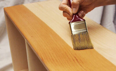 mengaplikasikan plitur kayu