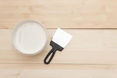 dempul kayu dengan pisau palet