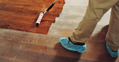 Mengaplikasikan wood stain dengan roller